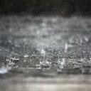 たたきつける雨